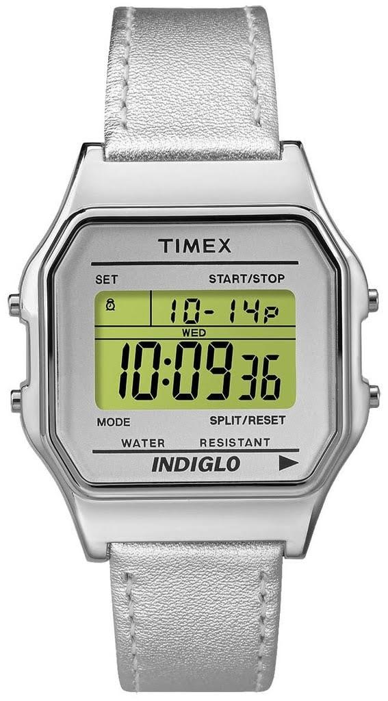 A digitális Timex TW2P76800 ezüst szíjjal és számlappal mosolyt csal az  összes retró dizájn-t kedvelő arcára. Ma egy ilyen óra rendkívül divatos a80a158deb
