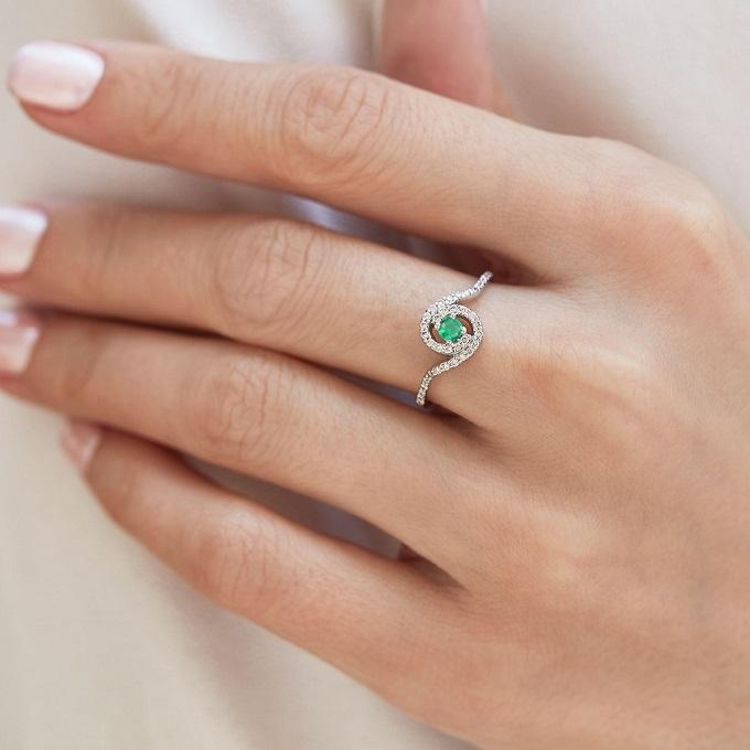 Prsten HALO se smaragdem a diamanty - KLENOTA