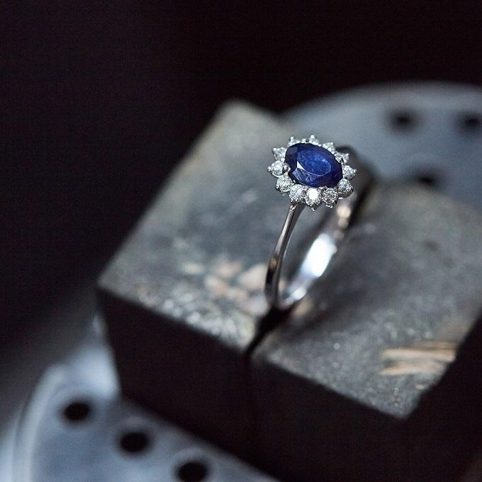 Prsten se safírem a diamanty - ateliér KLENOTA