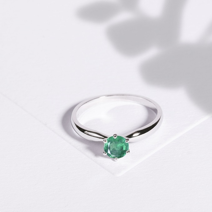 Engagement ring with emerald KLENOTA