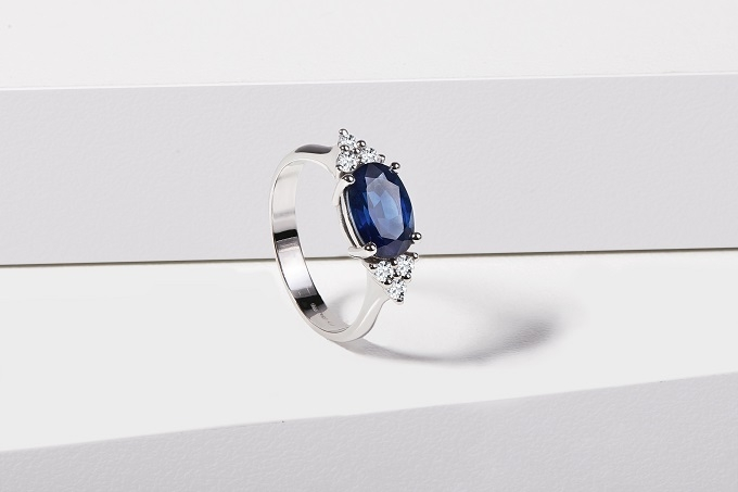 White gold ring with sapphire - KLENOTA
