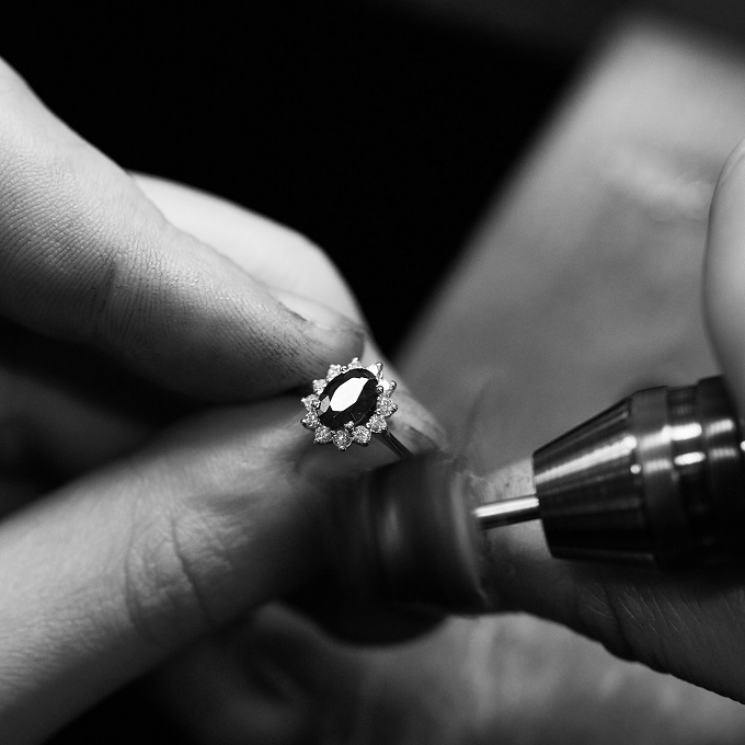 Ring with a sapphire and diamonds - workshop of KLENOTA atelier