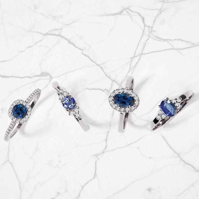 Białe złote pierścienie z szafirami i diamentami - KLENOTA