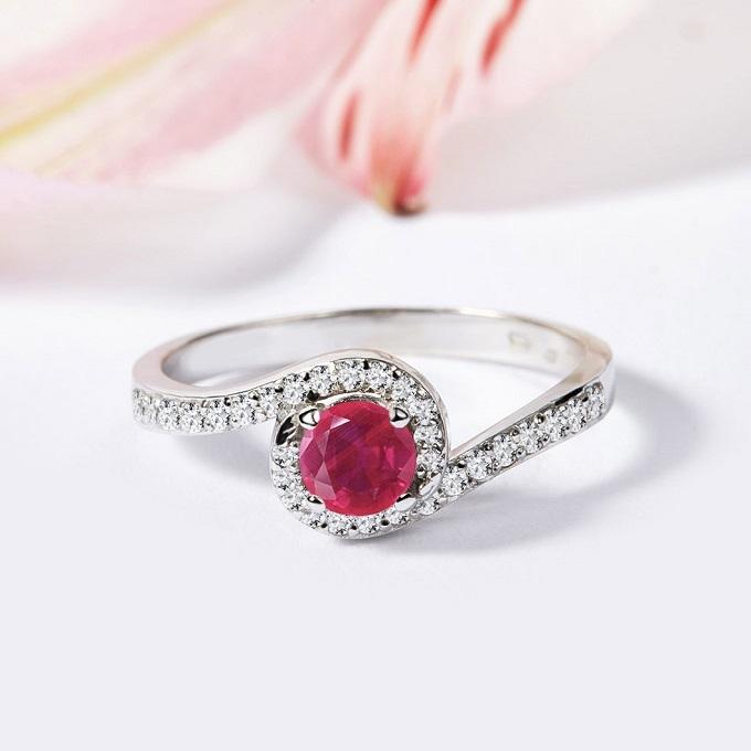 HALO prsten s rubínem a diamanty v bílém zlatě - KLENOTA