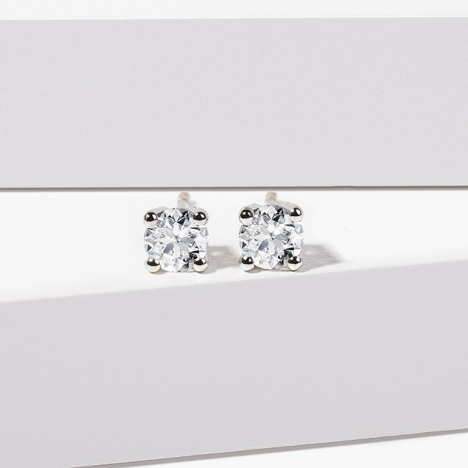 Diamond stud earrings in white gold - KLENOTA