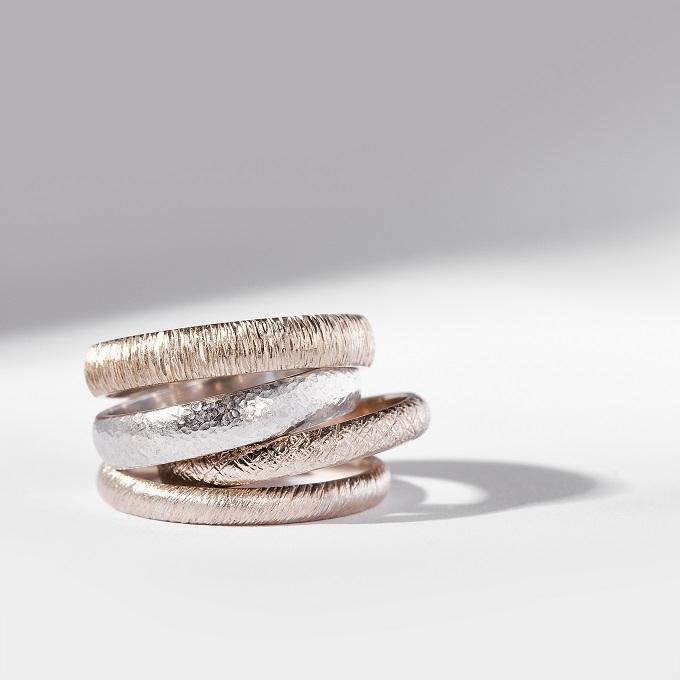 Złote pierścienie ze specjalnie przygotowaną powierzchnią - KLENOTA