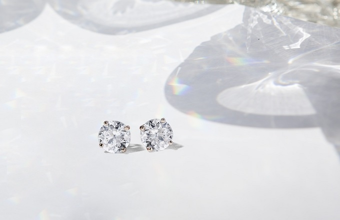 Diamantové náušnice napichovačky v bielom zlate - KLENOTA