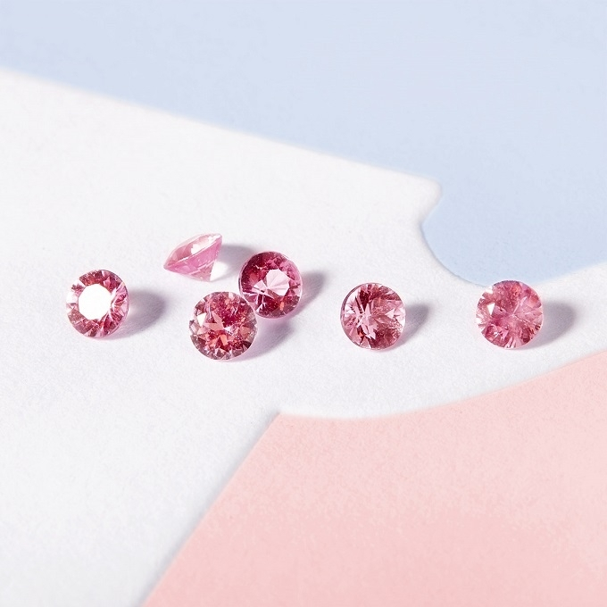 Pink sapphires in round cut - KLENOTA