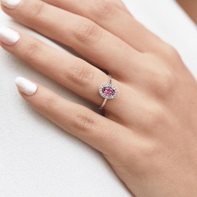 Zásnubný prsteň z bieleho zlata s ružovým zafírom a diamantmi - KLENOTA