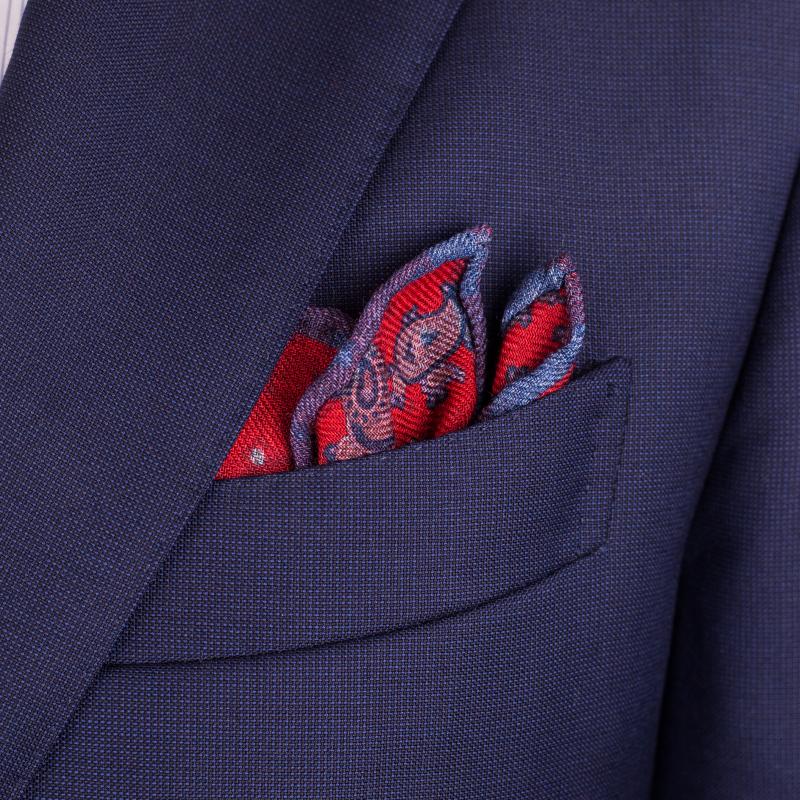 Bavlněný kapesníček bude lépe držet tvar, hedvábný bude rozevlátější.