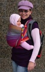 miminko v šátku na nošení dětí
