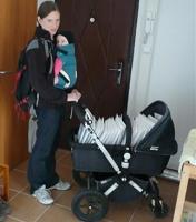 miminko v nosítku a práce
