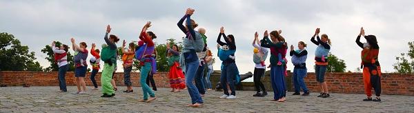 tanec s nošenými dětmi