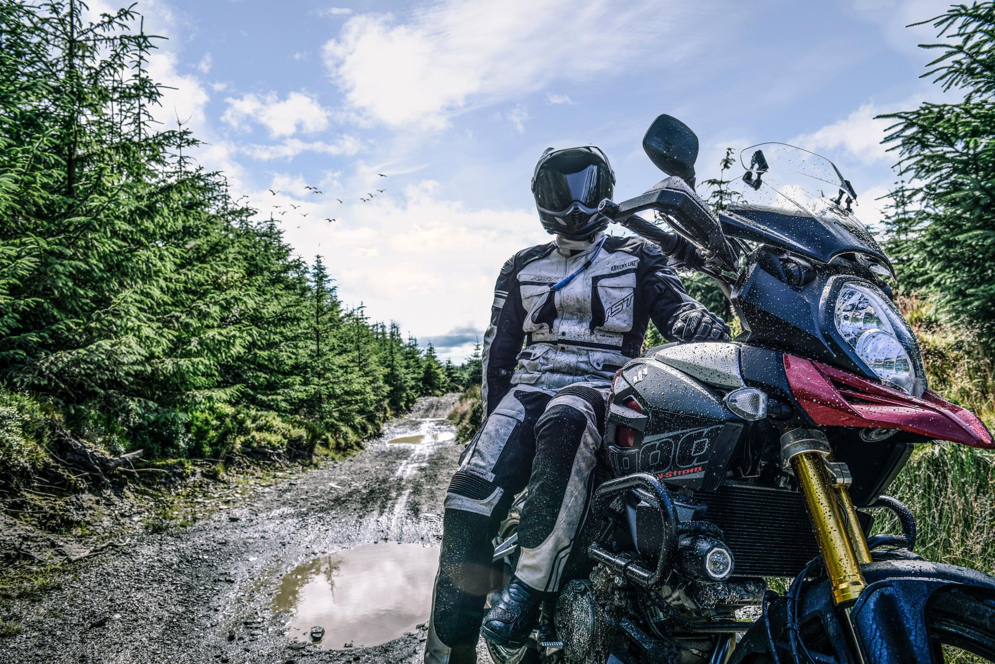 Oblečení a helmy na motorku