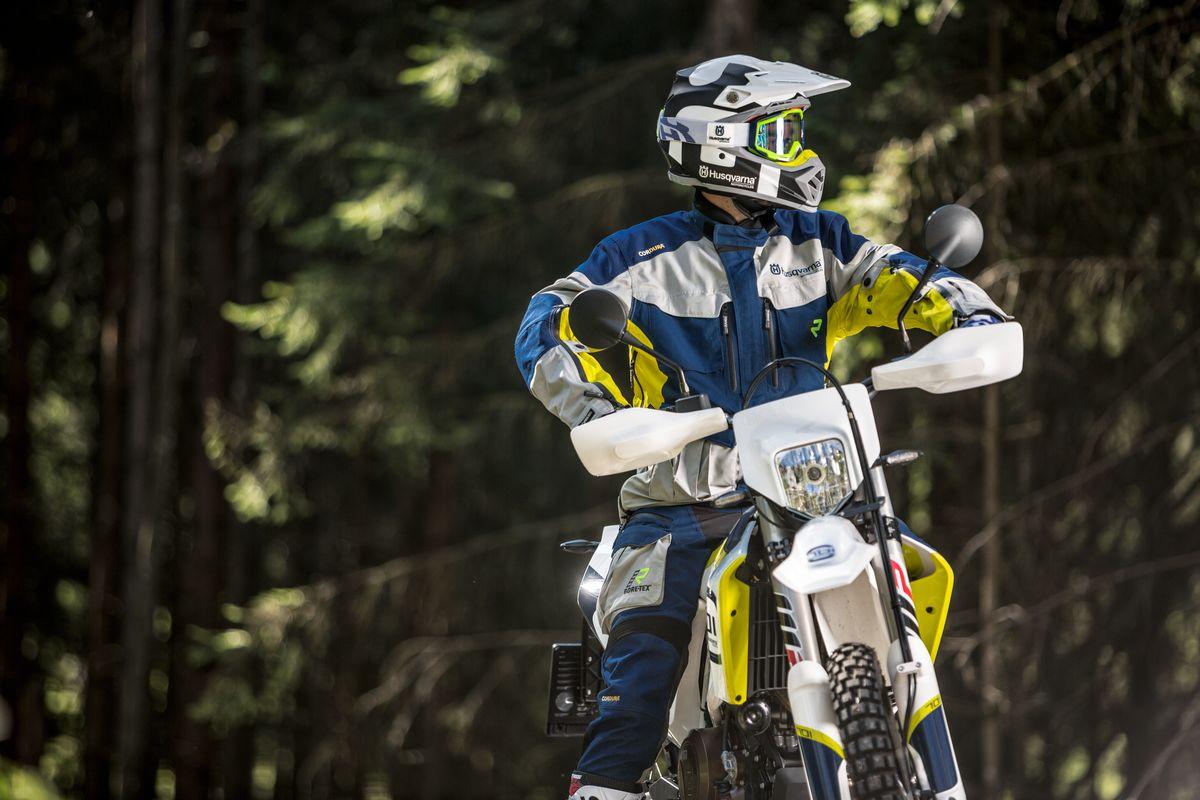 Offroadová Helma Husqvarna Moto 9 Flex Railed carbon bílá