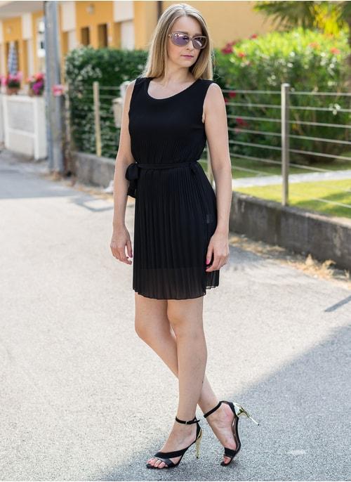 8066decb85 Šifónové letné šaty čiernej plisované ...