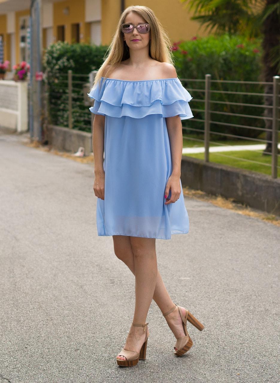 520cb686044cf Glamadise.sk - Dámske letné šaty s volánom svetlo modré - Glamorous ...