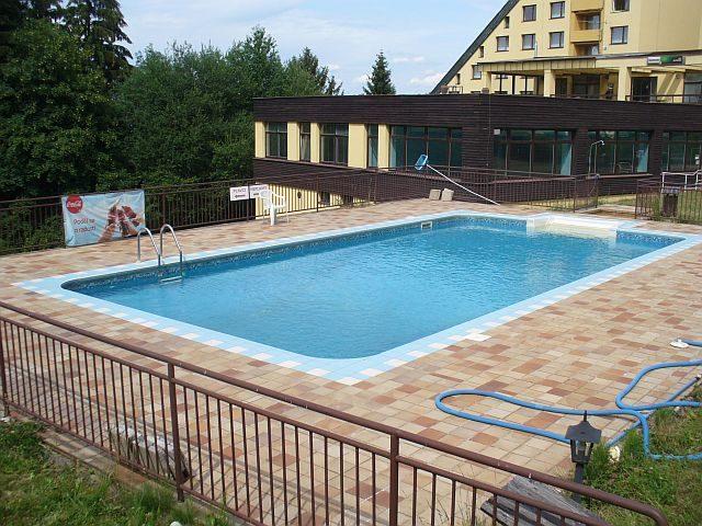tekutá plachta - ideální spořič energie pro venkovní bazény