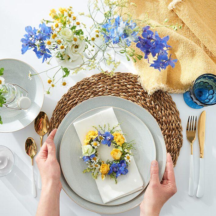 Moře květin a naše DIY kroužky na ubrousky.
