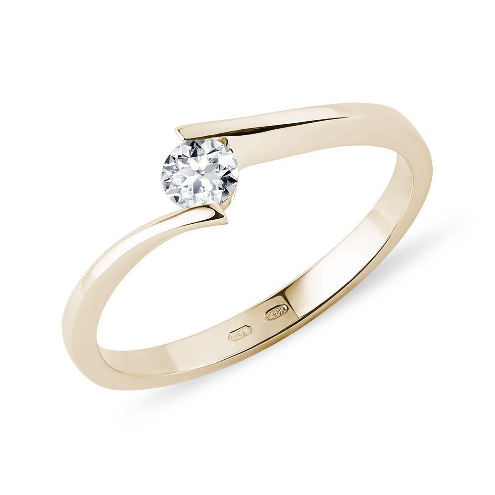 Spirálovitý prsten ze žlutého zlata s briliantem KLENOTA