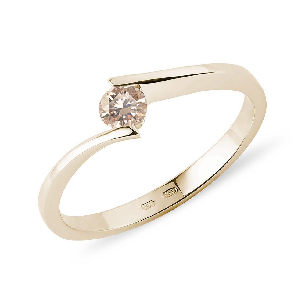 Spirálovitý prsten ze žlutého zlata s champagne diamantem KLENOTA