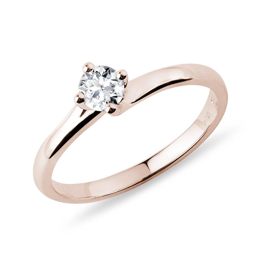 Levně Asymetrický prsten v růžovém zlatě s briliantem