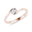 ASYMMETRIC RING WITH A DIAMOND IN PINK GOLD - SOLITAIRE ENGAGEMENT RINGS{% if kategorie.adresa_nazvy[0] != zbozi.kategorie.nazev %} - ENGAGEMENT RINGS{% endif %}
