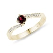Ring with diamonds and a garnet in yellow gold