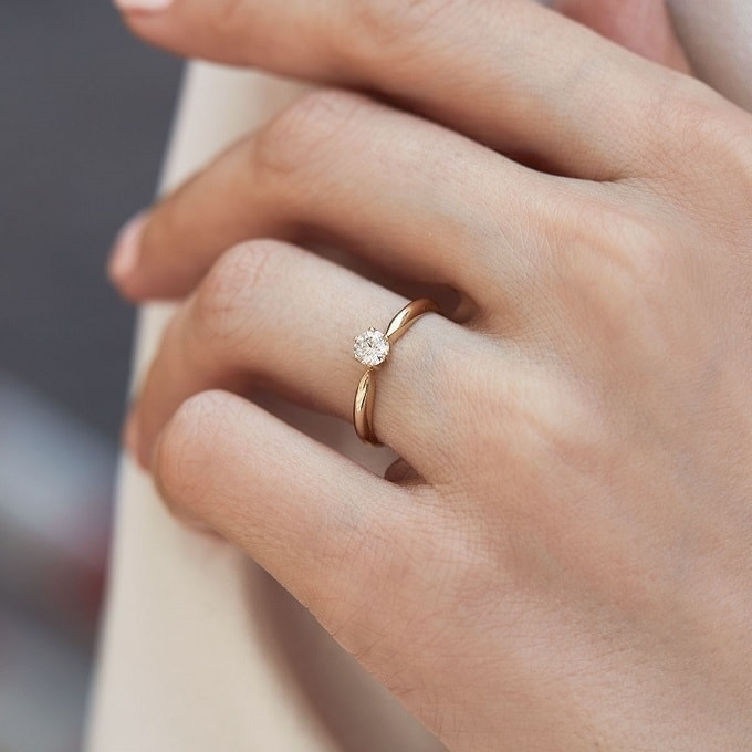 Where to wear an engagement ring – which hand is the right one?