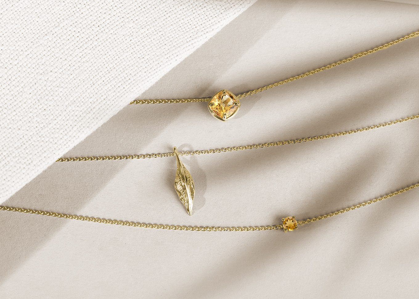 Gold chain with citrine and a leaf in yellow gold - KLENOTA