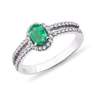 White gold ring with an emerald and diamonds