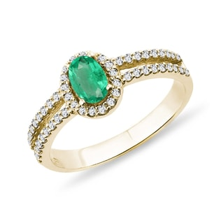 Yellow gold ring with an emerald and diamonds