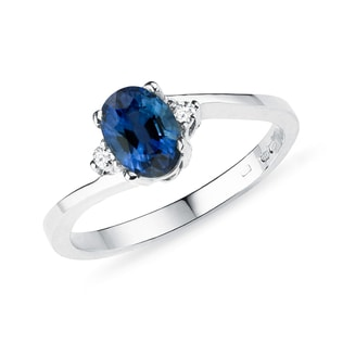 Sapphire ring with diamonds in white gold ring