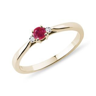 Ruby ​​and diamond ring in yellow gold