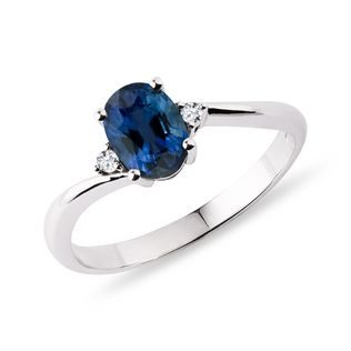 Oval sapphire and diamond ring in white gold