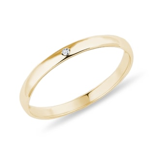 Minimalist diamond ring in yellow gold
