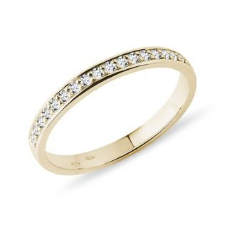Diamond wedding ring in yellow gold