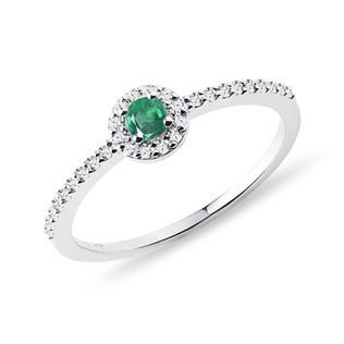 Emerald and diamond ring in white gold