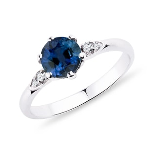Ring with sapphire and diamonds in white gold