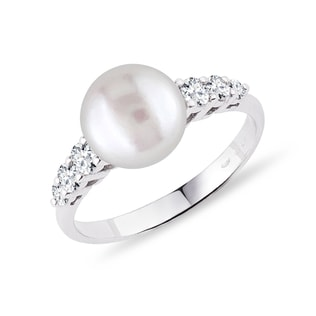 Diamond and pearl ring in white gold