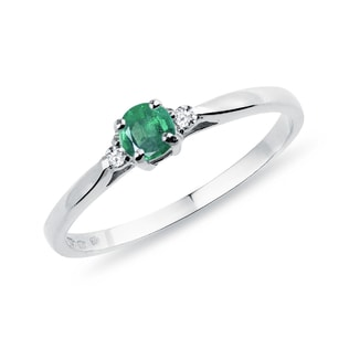 Engagement diamond ring with an emerald