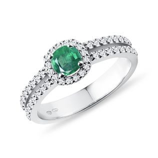 Luxury emerald and diamond ring in white gold