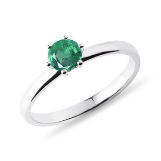 Round emerald ring in white gold