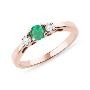 Emerald ring with diamonds in pink gold