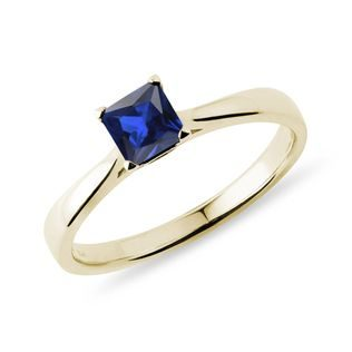Princess cut sapphire ring in gold
