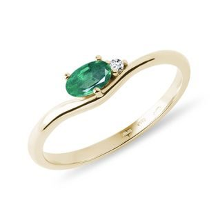 Oval emerald ring with diamonds in gold
