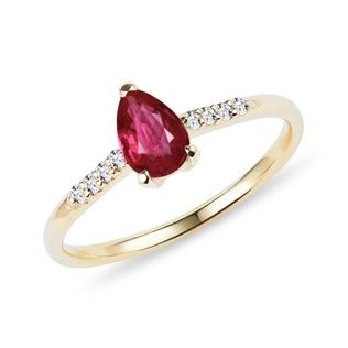 Teardrop cut ruby ​​and diamond ring in gold