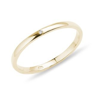 Minimalist diamond ring in gold