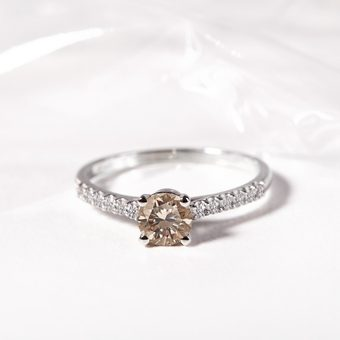 Bague diamant en or avec diamant champagne en or blanc - KLENOTA