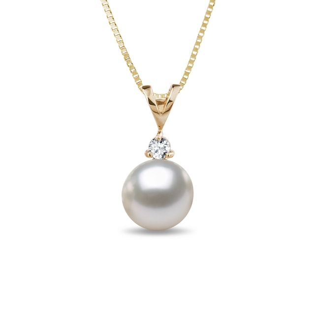 Pearl necklace in yellow gold with diamond